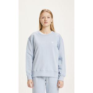 Knowledge-Cotton-Apparel-Daphne-Badge-Sweat-Blue-Fog-0
